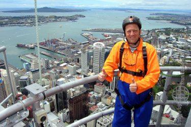 Bild: Frank Seidel beim Klettern auf dem Sky Tower in Auckland - Reiseblog von Frank Seidel