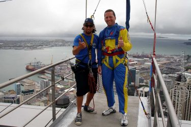 Bild: Frank Seidel beim Sky Jump vom Sky Tower in Auckland - Reiseblog von Frank Seidel