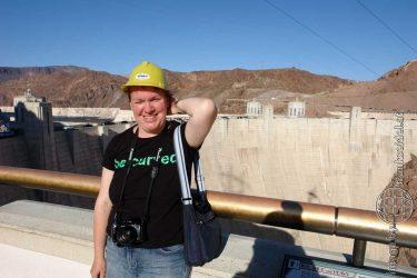 Bild: Christine Schirk am Hoover Dam - Reiseblog von Frank Seidel