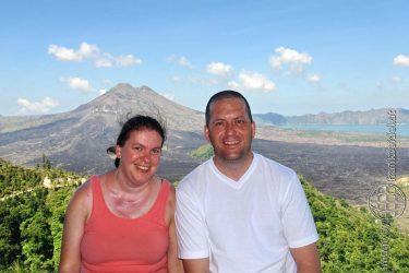 Bild: Christine Schirk und Frank Seidel am Vulkan Batur auf Bali - Reiseblog von Frank Seidel