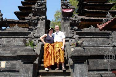 Bild: Christine Schirk und Frank Seidel in einem Tempel auf Bali - Reiseblog von Frank Seidel