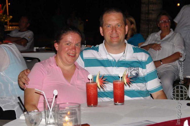 Bild: Christine Schirk und Frank Seidel mit Cocktails im Hotel Bali Mandira auf Bali - Reiseblog von Frank Seidel