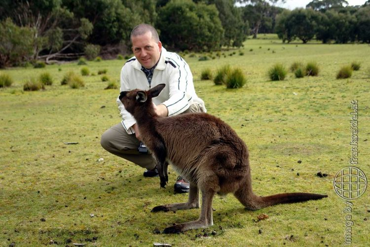 Bild: Frank Seidel mit einem Känguru, Kangaroo Island, Australien - Reiseblog von Frank Seidel