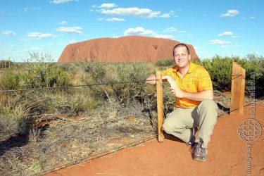 Bild: Frank Seidel vor dem Uluru (Ayers Rock), Australien - Reiseblog von Frank Seidel