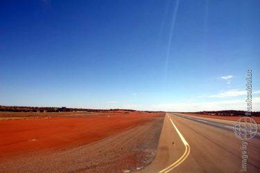 Bild: Start-/Landebahn am Flughafen von Ayers Rock, Australien - Reiseblog von Frank Seidel
